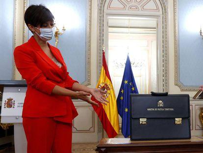 La ministra de Política Territorial, Isabel Rodríguez, en el traspaso de cartera con su predecesor, Miquel Iceta.