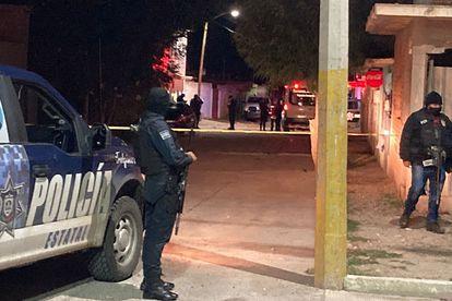 Miembros de la policía estatal mexicana vigilan el área donde un comando armado asesinó a nueve personas en la ciudad de Fresnillo, Zacatecas.