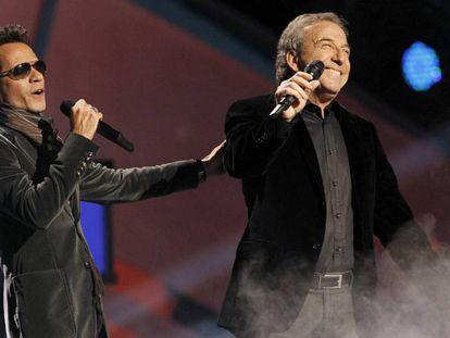 Marc Anthony (izquierda) y José Luis Perales, en la gala de los Grammy latinos en Las Vegas, en 2010.