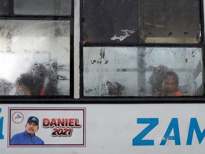 Propaganda política del presidente de Nicaragua, Daniel Ortega, en un autobús de transporte público en Managua, Nicaragua.
