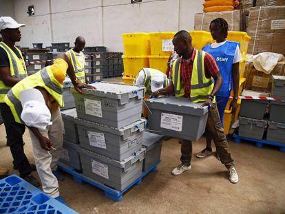 Personal prepara los centros para las próximas elecciones presidenciales en Monrovia, Liberia