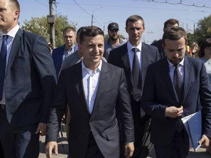 El presidente ucranio, Volodimir Zelenski (en el centro) ,durante una visita a la ciudad de Zaporiya, el jueves. En vídeo, declaraciones del cantante Svyatoslav Vakarchuk y el cómico Roman Hryshchuk durante la campaña.