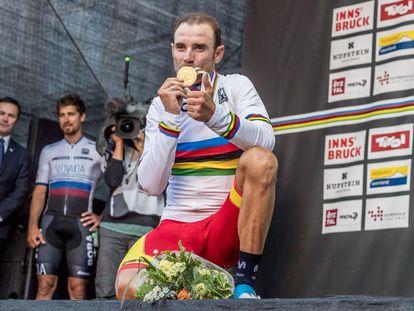 Alejandro Valverde besa la medalla de oro del Mundial en Ruta de 2018.