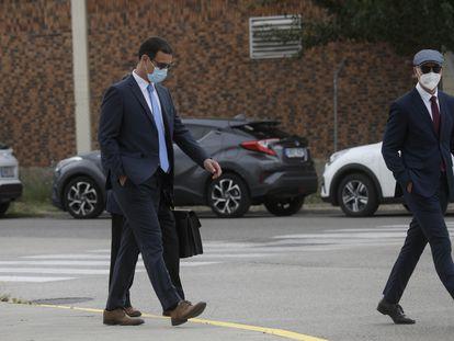 Los 'mossos' Carlos de Pedro y Xavier Goicoechea, este martes a su llegada a la Audiencia Nacional para ser juzgados por acompañar al expresidente de la Generalitat Carles Puigdemont cuando fue detenido en Alemania en marzo de 2018.