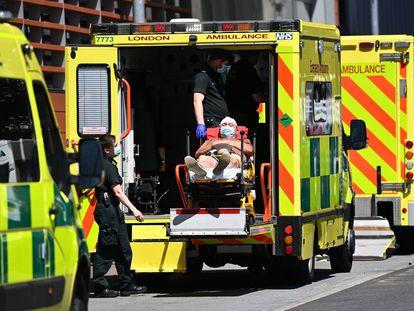 Un paciente de covid es trasladado al Hospital Royal London, en junio pasado.