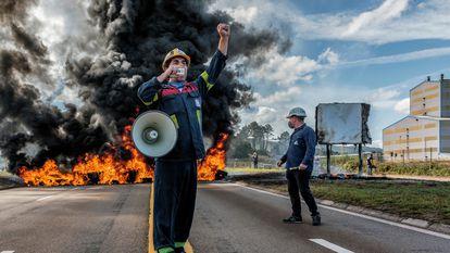 Los trabajadores de Alcoa en San Cibrao (Lugo) retomaron este lunes la huelga tras el fracaso de las negociaciones para la venta de las instalaciones. EFE/ Emilio Pérez Vázquez