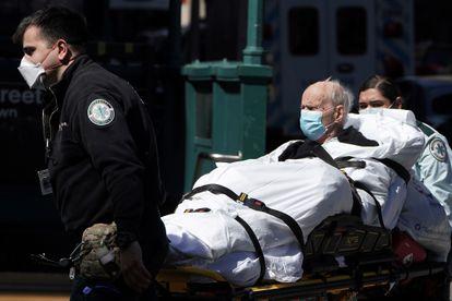 Un hombre contagiado con coronavirus es trasladado al hospital en Nueva York.