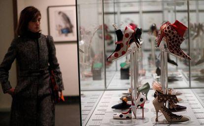 Una visitante en la exposición 'Manolo Blahnik, el arte del zapato', en el Museo de Artes Decorativas de Madrid.