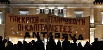 Un grupo de manifestantes ante la sede del parlamento griego en una huelga general celebrada en noviembre de 2012.
