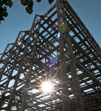 La lleugera estructura del nou aulari de les Teresianes contrasta amb l'edifici de pedra gaudinià.