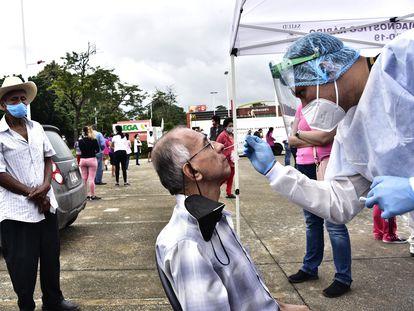 Personal de la salud realiza pruebas de coronavirus este martes en Villahermosa, Tabasco.