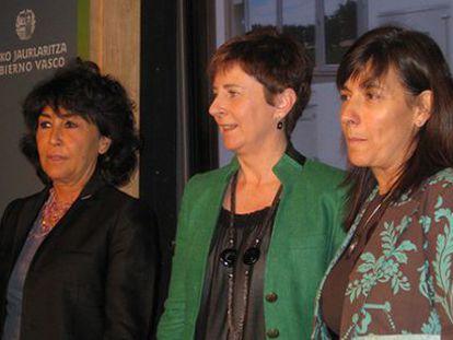 La consejera de Desarrollo Económico, Arantza Tapia, junto la viceconsejera de Comercio y Turismo, Itziar Epalza, a su izquierda, y la directora general del EVE, Pilar Urruticoechea.