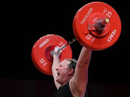 Laurel Hubbard, durante la competición de +87 kilos en el International Forum de Tokio.