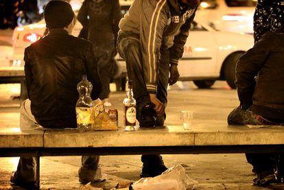 Un grupo de jóvenes hace <b>botellón</b> en el barrio del Carmen de Valencia.