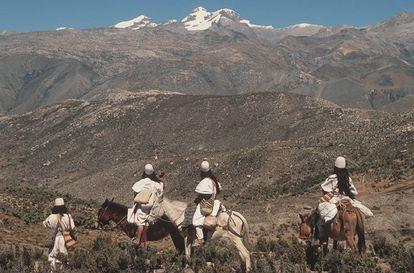 Un grupo de indígenas arhuacos miran hacia la Sierra Nevada de Santa Marta, cerca de la costa Caribe de Colombia.