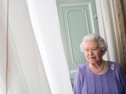 La reina Isabel II de Inglaterra, fotografiada en 2014 en la sala de audiencias privadas del palacio de Buckingham.
