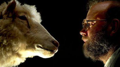 El científico Ian Wilmut ante la cabeza disecada de la oveja Dolly.