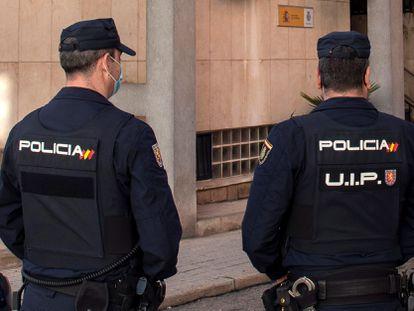 Dos policías hacen guardia en la comisaría de Linares.