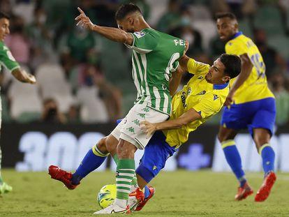 Martín Calderón intenta detener a Fekir.