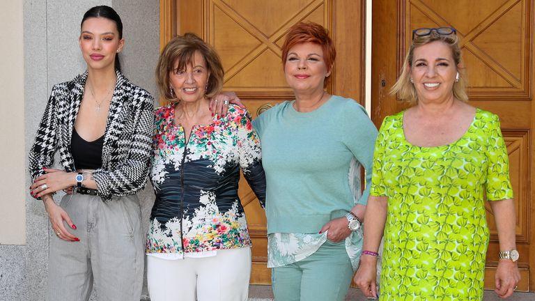 María Teresa Campos con sus hijas Terelu y Carmen Borrego y su nieta Alejandra Rubio en su casa con motvivo de su 79º cumpleaños, en junio de 2020.