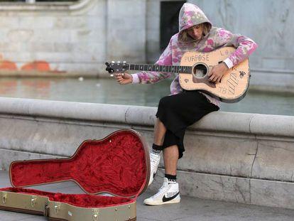 Justin Bieber tocando su guitarra a los pies del Victoria Memorial.