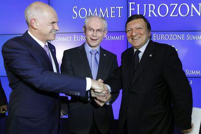 Yorgos Papandreu, a la izqda., estrecha la mano a Herman Van Rompuy y Jose Manuel Barroso tras la cumbre.