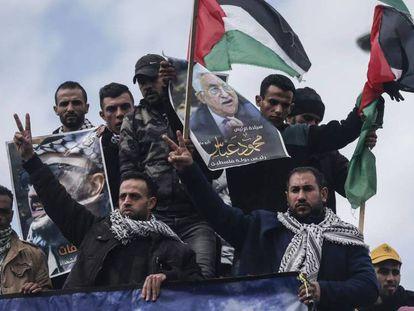 Manfiestantes palestinos con carteles del presidente de la Autoridad Palestina Mahmud Abbas. En vídeo, declaraciones de Mahmud Abbas en el Consejo de Seguridad de la ONU.