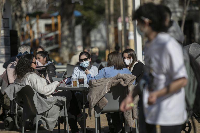 Cuatro personas ocupan este lunes una mesa en la terraza de un bar en Sevilla.