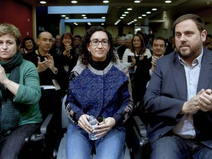 El presidente de ERC, Oriol Junqueras (d), y la portavoz Anna Simó (i), aplauden a la secretaria general del partido, Marta Rovira (c), tras su intervención ante el Consell Nacional de la formación nacionalista.