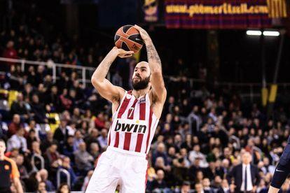 Spanoulis lanza durante un partido con el Olympiacos.