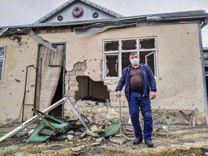 Abdunov, que perdió una pierna en la primera guerra de Nagorno Karabaj, muestra su casa en un pueblo cercano a la localidad de Barda.