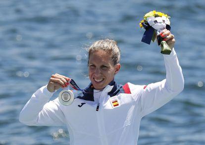 La medallista de plata Teresa Portela de España muestra su medalla durante la ceremonia de entrega de Canoa Sprint Women's Kayak Single 200m en los Juegos Olímpicos de Tokio 2020