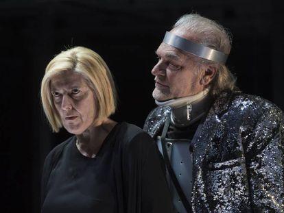 Lina Lambert (izquierda) durante una presentación en 2019 en el TNC de Barcelona.