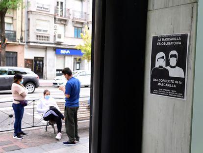Unos vecinos conversan en la Avenida de la Albufera en el distrito del Puente de Vallecas, en Madrid, el 19 de septiembre.