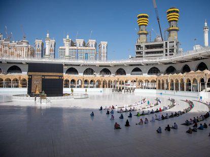Un grupo de fieles rezan respetando la distancia de seguridad en la Gran Mezquita de La Meca el pasado domingo.