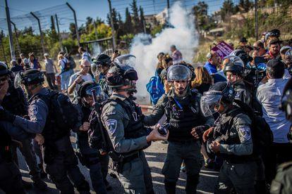 La policía israelí disuelve una protesta contra el desahucio de familias palestinas en el distrito de Sheij Yarrah, el pasado viernes en Jerusalén.