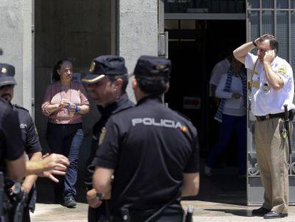 Agentes frente a la Delegación de Salud en Málaga tras el suceso.