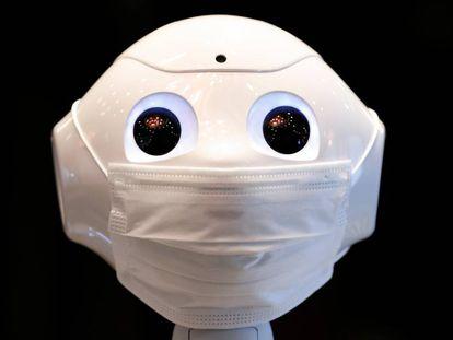 El robot humanoide Pepper en un hotel designado para acomodar a enfermos de coronavirus en Tokio.