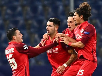 Dominik Szoboszlai, en el centro, es felicitado por sus compañeros tras marcarle un gol al Lokomotiv de Moscú en la primera jornada de la fase de grupos de la Liga de Campeones.  / (AFP)