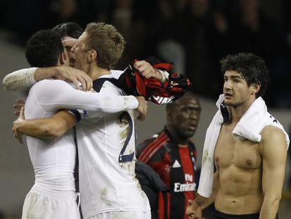 Los jugadores del Tottenham celebran el pase a cuartos ante la mirada de Pato y Seedorf, del Milan.