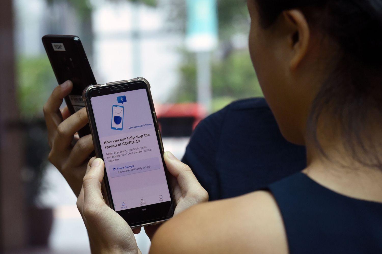 Una joven usa una aplicación de rastreo de contagios en Singapur.
