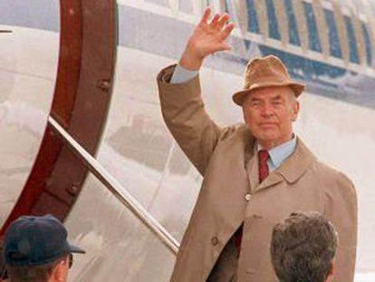 El exoficial nazi Erich Priebke, al subir a un avión en Argentina con destino Italia, en 1995.