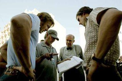 De izquierda a derecha, el productor Daniel Craig, Steven Spielberg, Hanns Zischler y Eric Bana, en el rodaje.