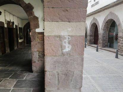 Pintada casi borrada de anagrama ETA en una calle de Elizondo.