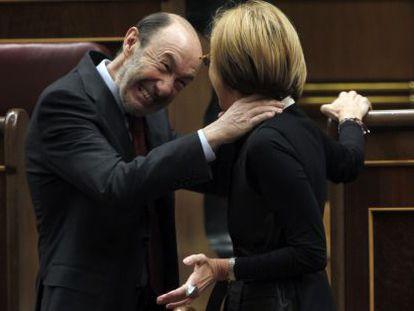 Rubalcaba bromea con Rosa Díez sobre el congreso de Sevilla en el que resultó elegido.