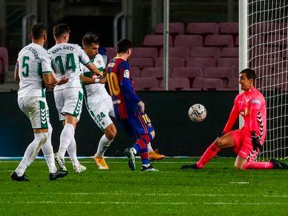 Messi marca su segundo gol al Elche.