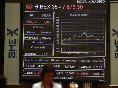 Una pantalla muestra el índice bursátil IBEX 35, en Madrid, el pasado 9 de marzo.