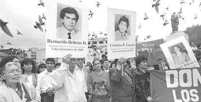 Una manifestación para reclamar justicia por los desaparecidos en la toma al Palacio de Justicia, en 1995, en Colombia.