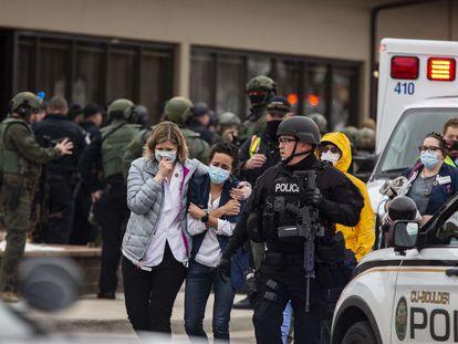 Trabajadoras del supermercado abandonan la zona del tiroteo, este lunes en Boulder, Colorado (EE UU).