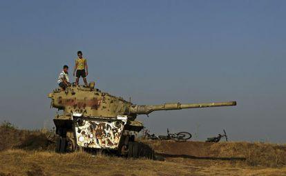 Unos niños drusos subidos en un tanque en la región de Bukata, en los Altos del Golán.